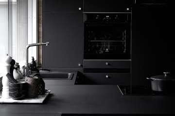 Svart kök med svart kvartskompositho, Stala