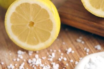 Rengöra skärbräda med citron